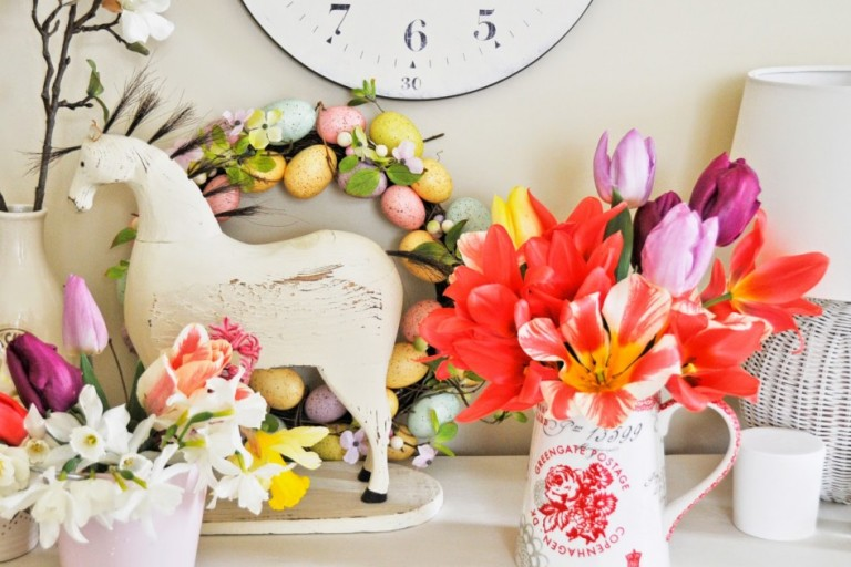 awsome-easter-decorations-for-the-home_white-wood-horse-figurine_beautiful-multicolor-flower-arrangement_white-ceramic-vase_multicolor-spring-egg-wreath_white-wicker-table-lamp-945x711